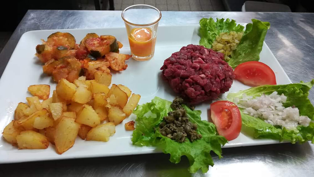 Produit local du restaurant traditionnel : filet de boeuf tartare