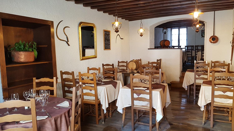 Salle du restaurant à la cuisine locale