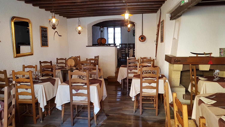 Salle du restaurant traditionnel confectionnant une cuisine maison avec des produits locaux